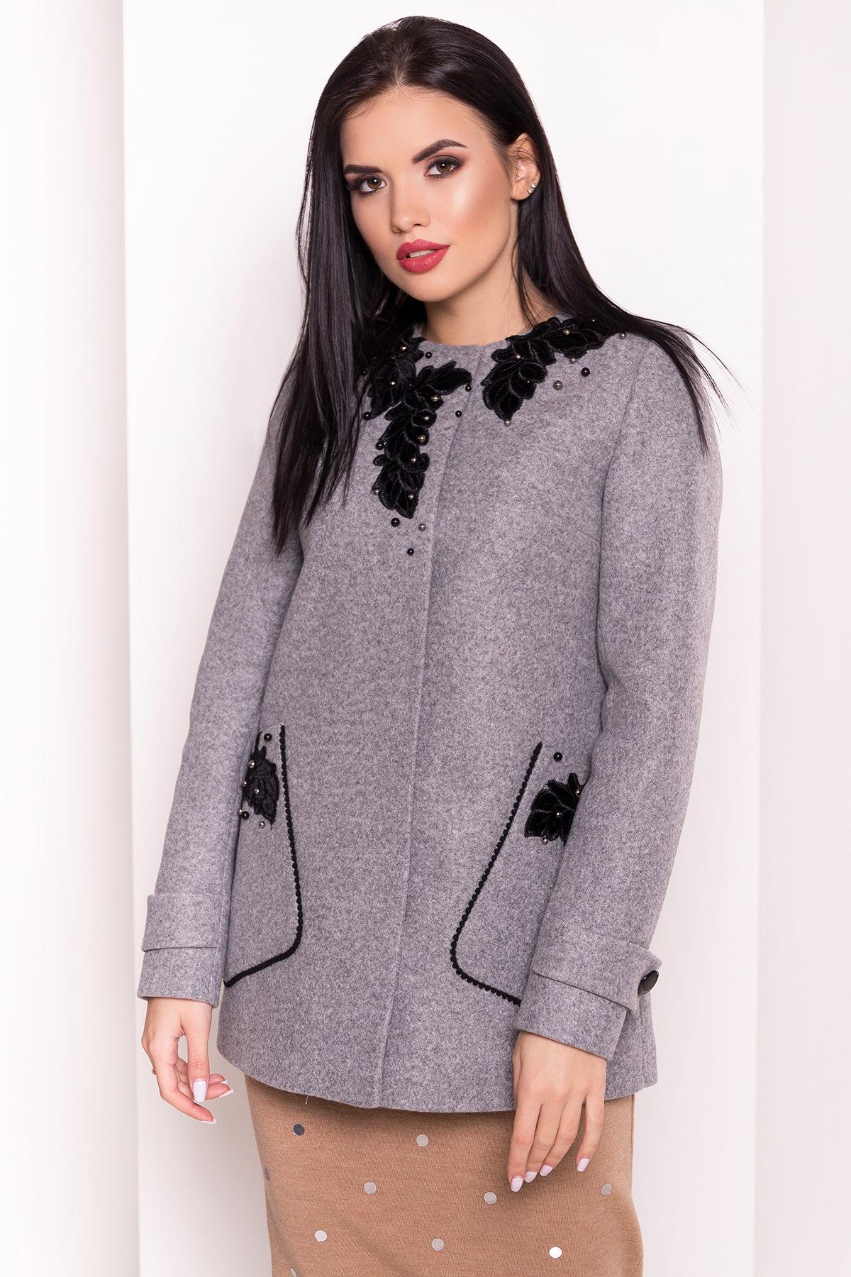 Укороченное пальто-трапеция с вышивкой Латта 5526 АРТ. 37158 Цвет: Серый Светлый 77 - фото 3, интернет магазин tm-modus.ru