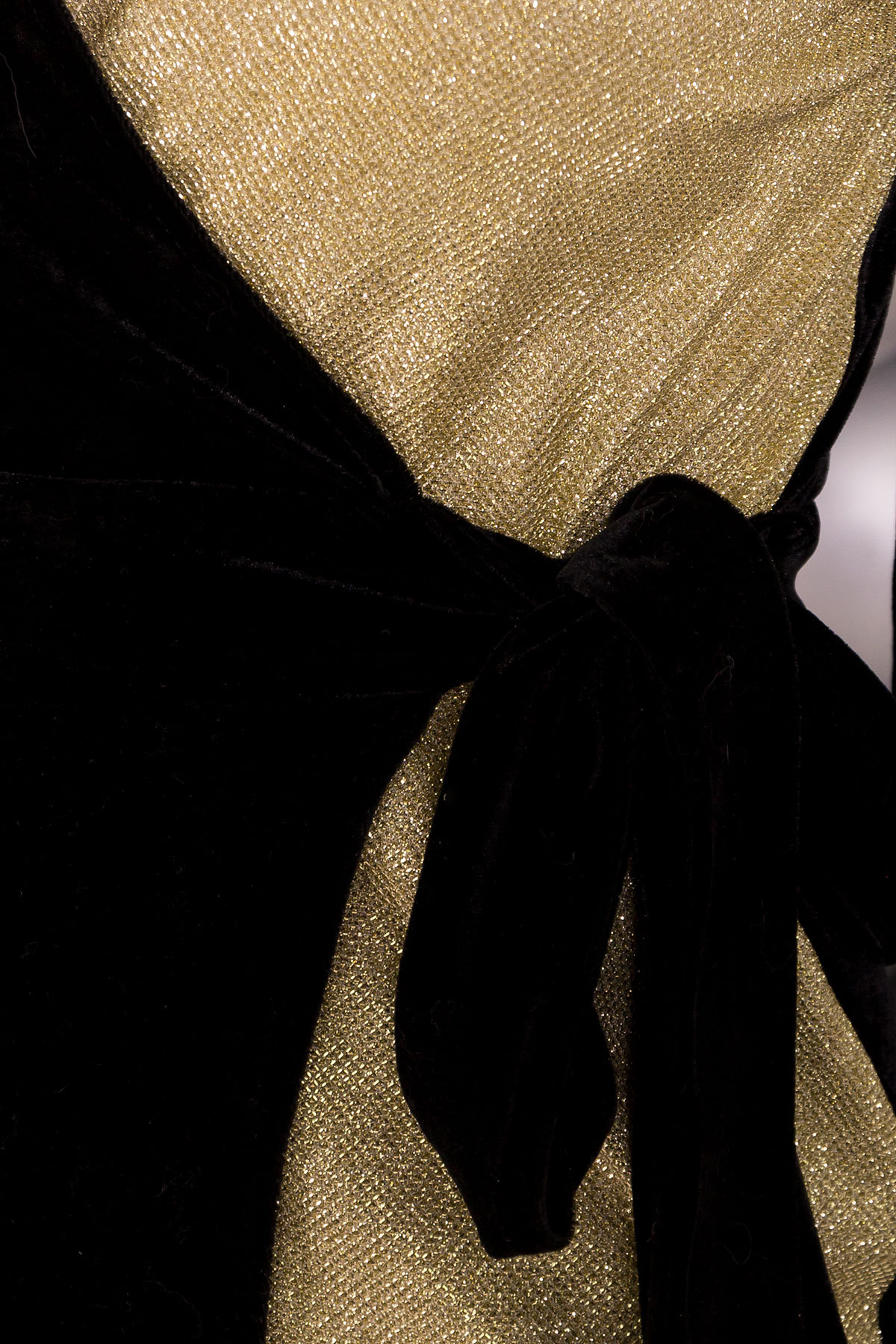 Двухцветное платье с запахом Инь-Янь 6067 Цвет: Черный/золото