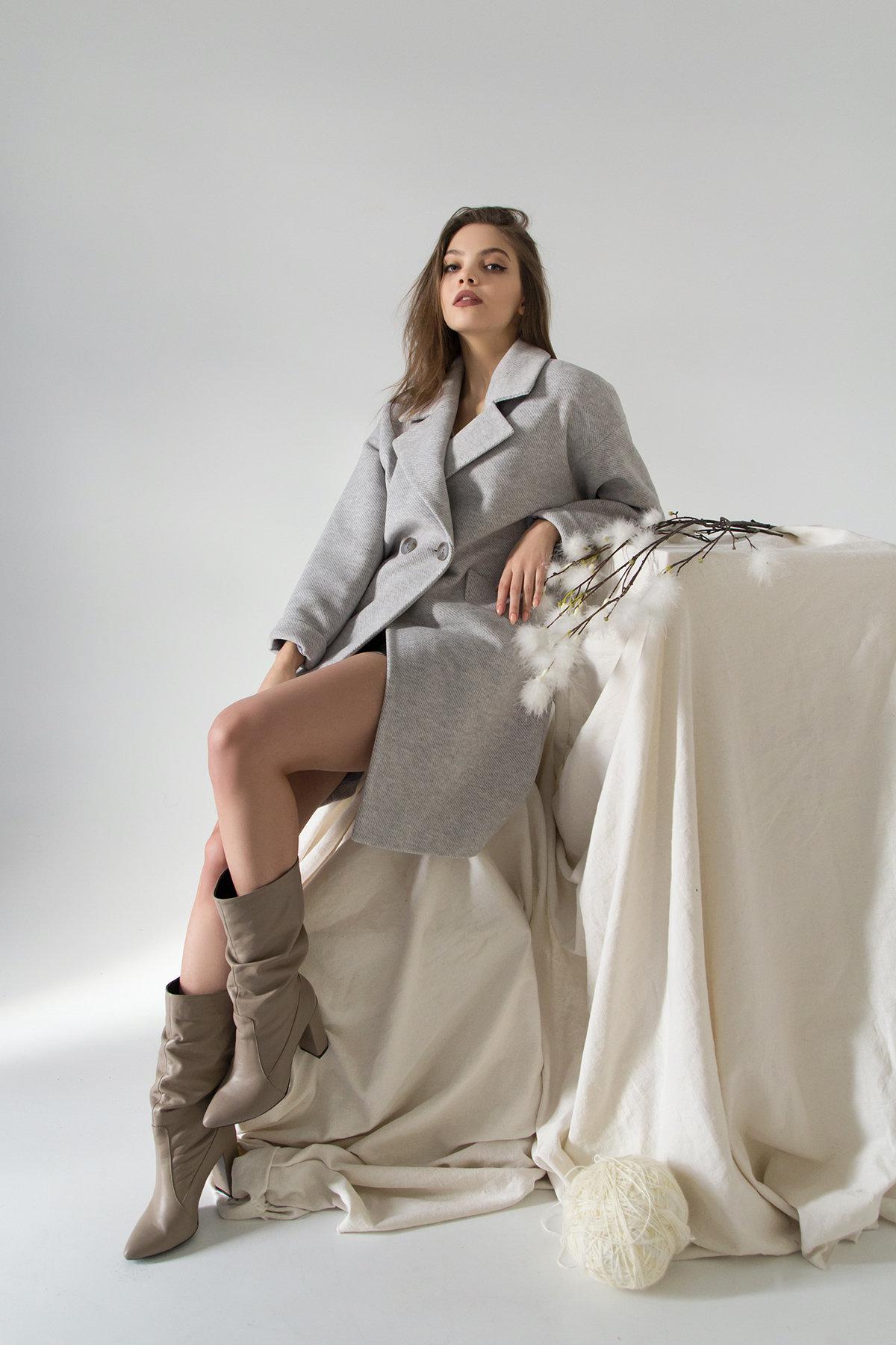 Демисезонное двубортное пальто Сенсей 8845 АРТ. 45170 Цвет: Светло серый - фото 2, интернет магазин tm-modus.ru
